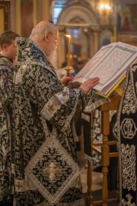 Митрополит Николай совершил утреню Великого пятка с чтением двенадцати Страстных Евангелий