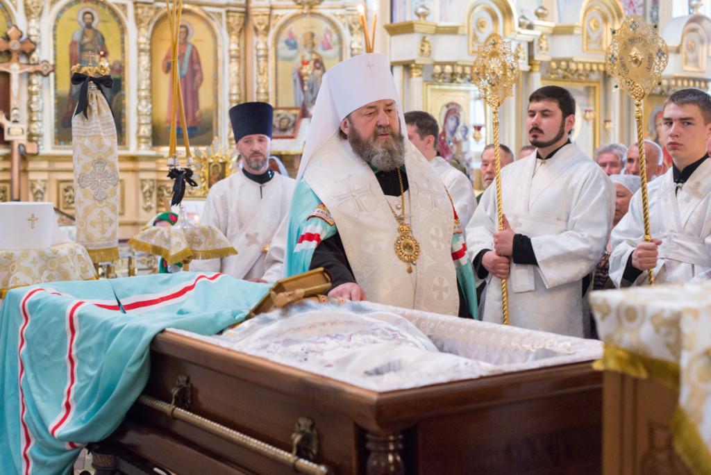 Гроб с телом почившего митрополита Николая (Шкрумко) доставлен в кафедральный собор