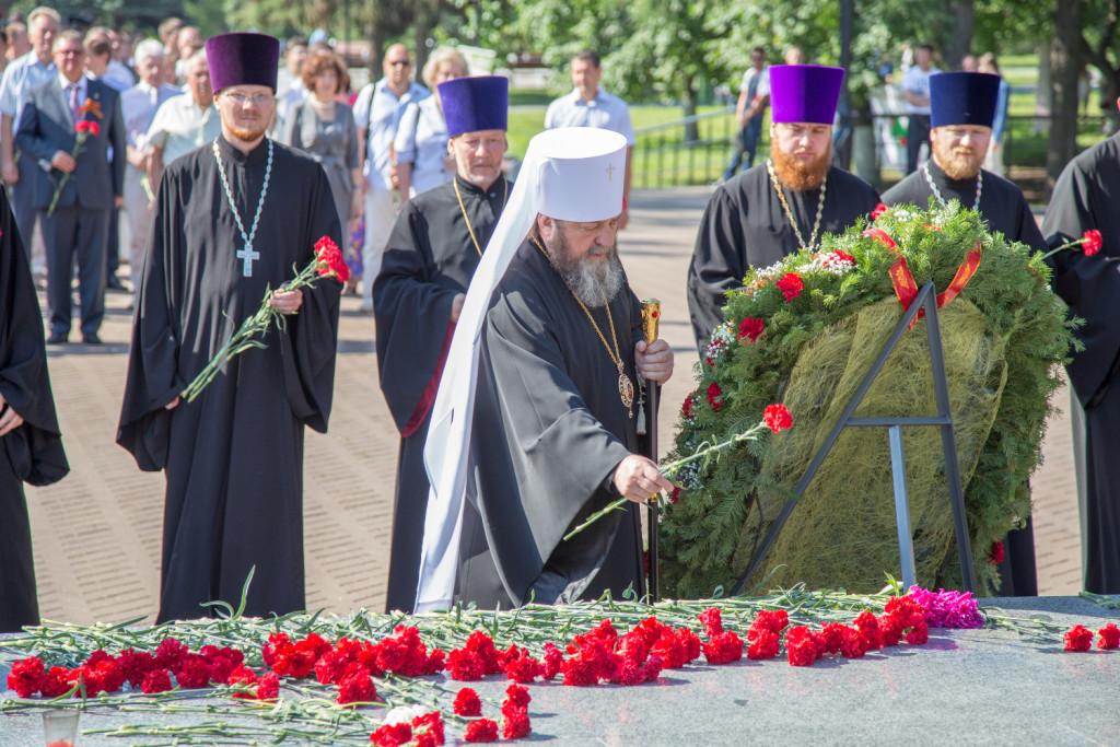 В День памяти и скорби, в 74-ю годовщину начала Великой Отечественной войны, в Ижевске в сквере Победы прошла церемония возложения цветов к Монументу боевой и трудовой славы