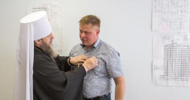Митрополит Викторин наградил медалью А.Л. Сентякова
