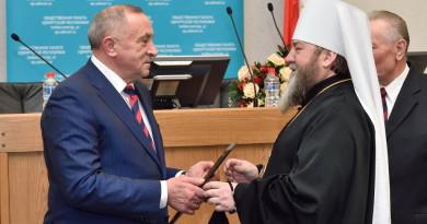 Глава Республики наградил митрополита Викторина грамотой