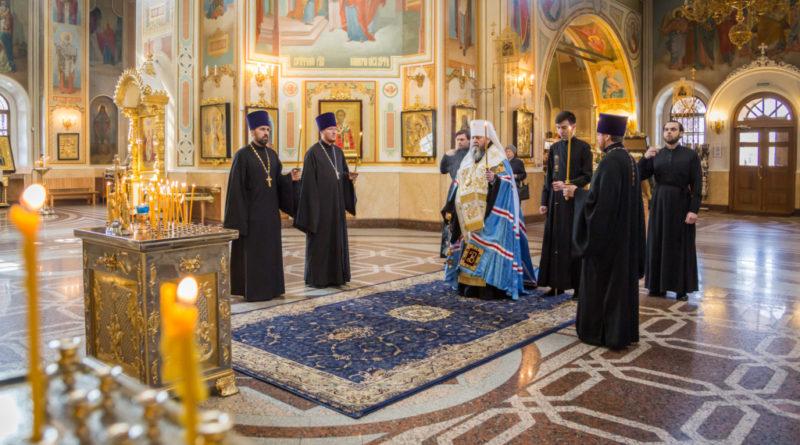 Митрополит Викторин совершил панихиду по жертвам теракта в Санкт-Петербурге