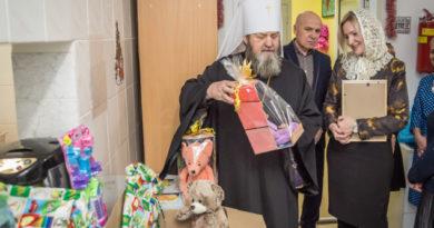 Митрополит Викторин посетил детский хоспис и передал подарки его пациентам