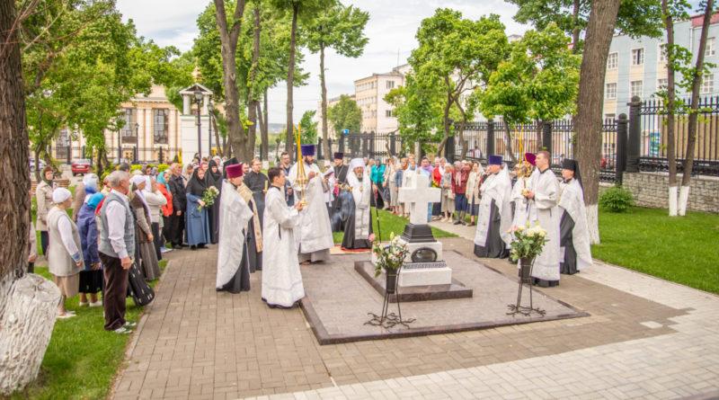 Панихида на могиле митрополита Николая