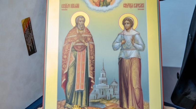 Патриарху Кириллу подарили икону сщмч. Николая и мц. Варвары Воткинских с частицами мощей