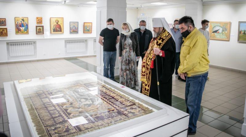 Митрополит Викторин посетил выставку «О тебе радуется»