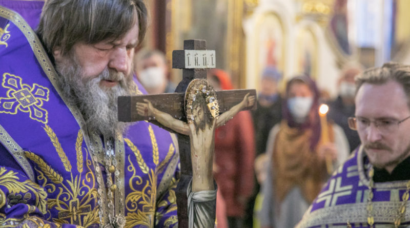 Митр. Викторин совершил богослужения Крестовоздвижения в Александро-Невском соборе